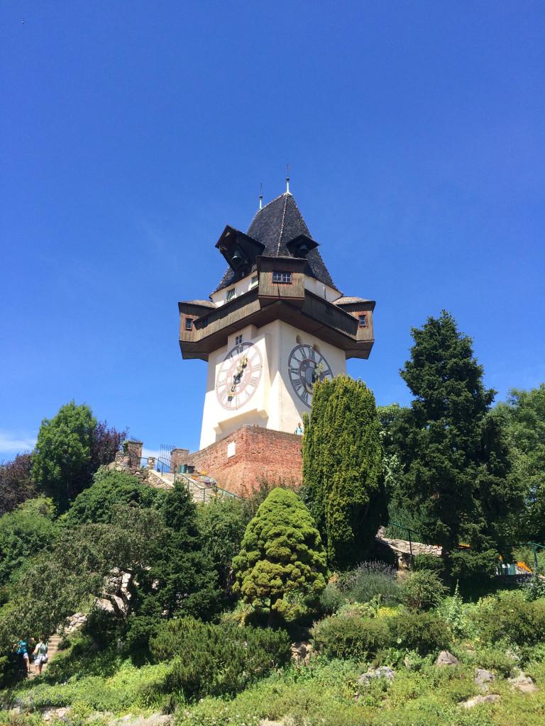 Башня с часами, которую местные выкупили у армии Наполеона после захвата