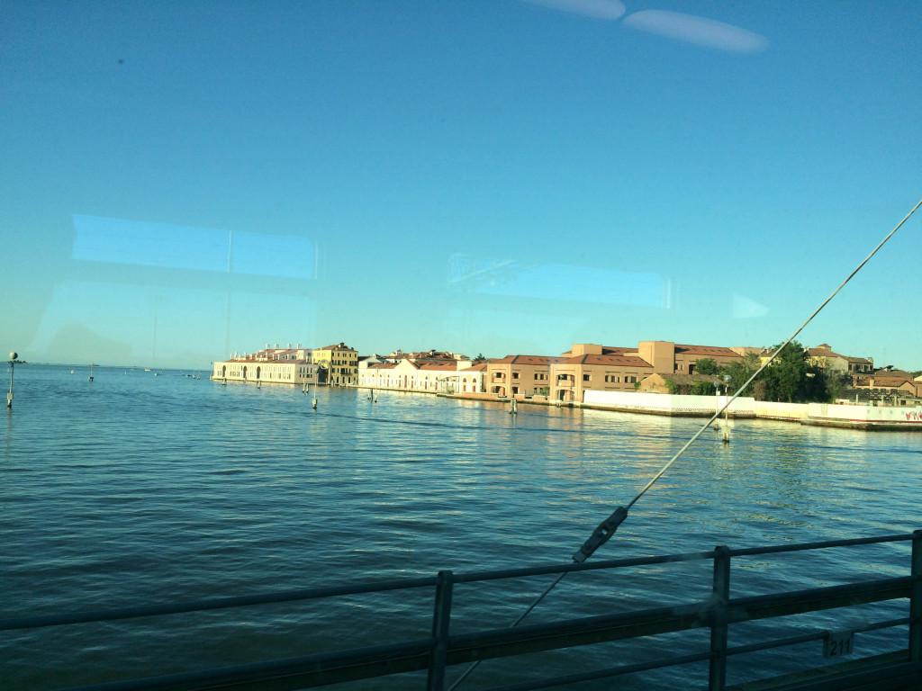 По дороге из Местре до Венеции поездом 1.25 евро, ехать 10 минут