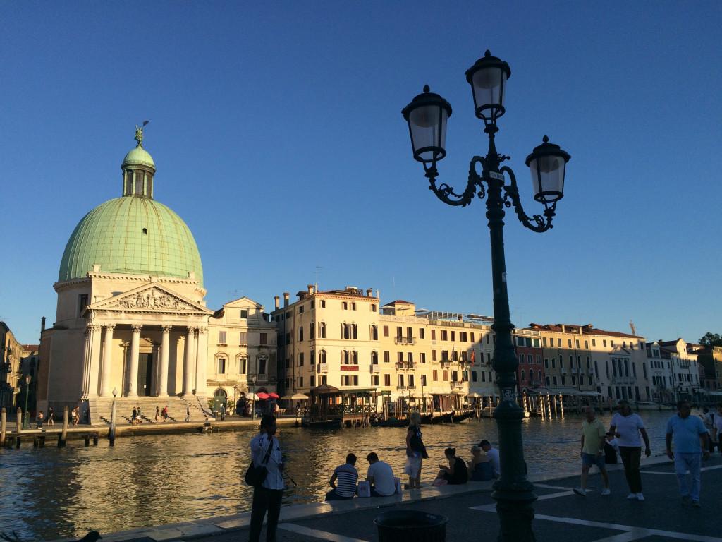 Вид при выходе с жд вокзала - первый лук Венеции