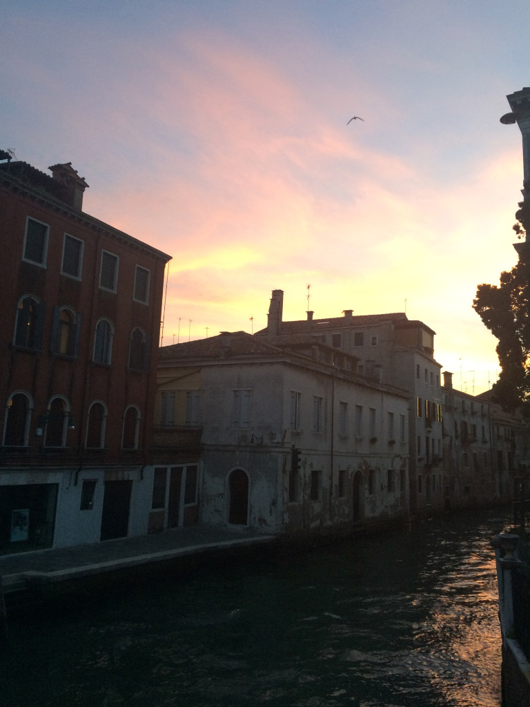 Закат и типовой канальчик Венеции