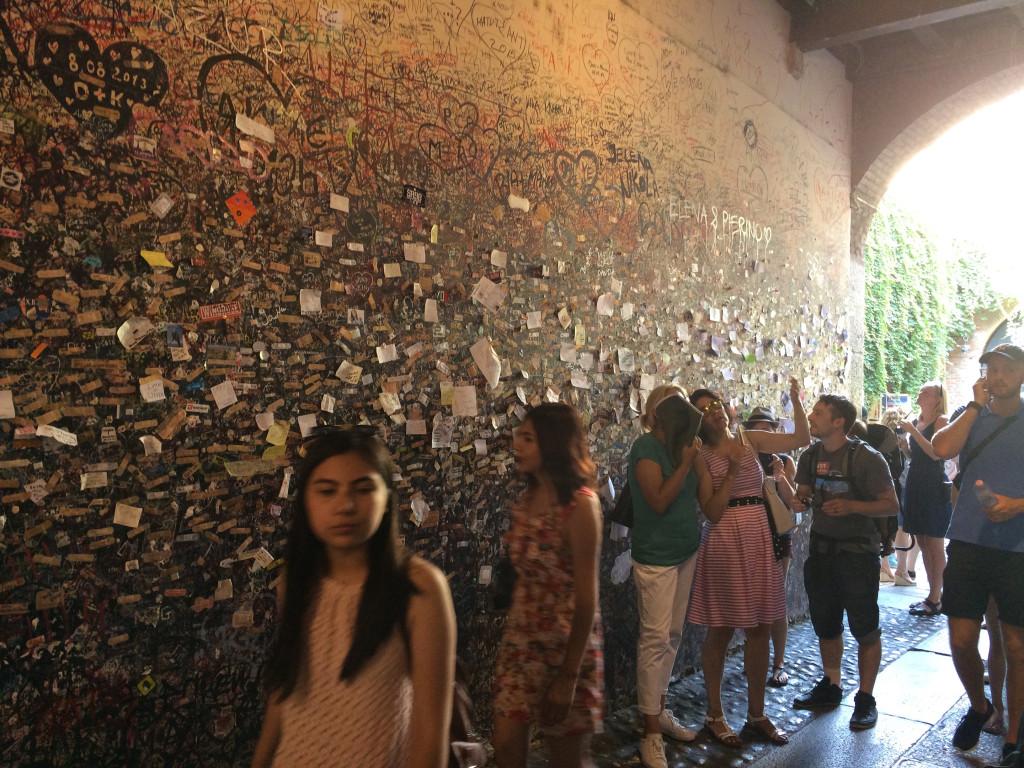 Стена с посланиями о любви рядом с домом Джульетты