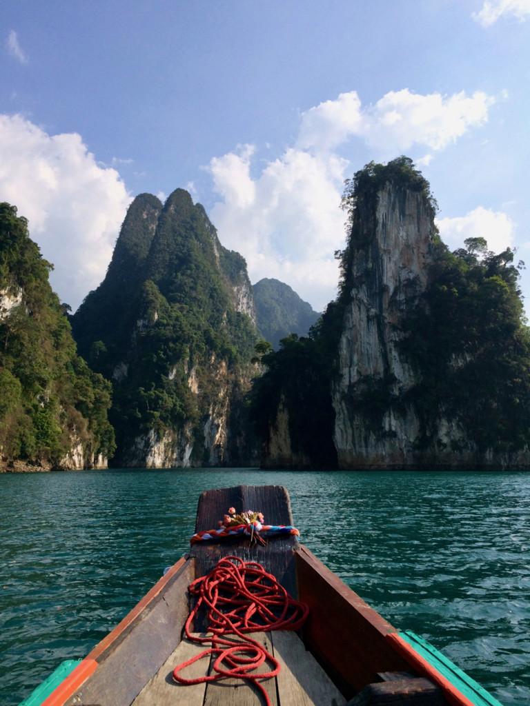 Фото, корое давно мечтал сделать: нос лодки, вода, скалы. Просто классный вид, на который смотришь и пускаешь слюни.