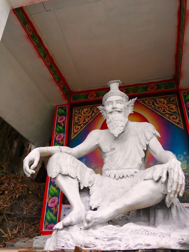 Некий приспешник Будды, который за 300 ступеней до конца смотрит на восток. Изо дня в день и улыбается.